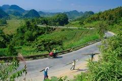 Ha Giang/Vietnam - 01/11/2017 : Randonneurs de Motorbiking sur des routes d'enroulement par des vallées et le paysage de montagne image libre de droits