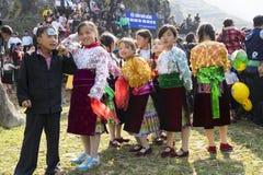 Ha Giang, Vietname - 7 de fevereiro de 2014: O grupo não identificado de crianças que vestem o ano novo tradicional de Hmong vest Imagens de Stock Royalty Free