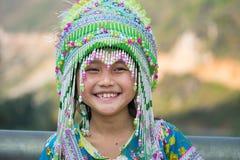 Ha Giang, Vietname - 13 de fevereiro de 2016: Retrato da menina do mong do ` de H que veste o vestido tradicional durante o feria Foto de Stock