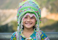 Ha Giang, Vietname - 13 de fevereiro de 2016: Retrato da menina do mong do ` de H que veste o vestido tradicional durante o feria Fotografia de Stock Royalty Free
