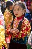 Ha Giang, Vietname - 7 de fevereiro de 2014: retrato de um vestido tradicional vestindo do ano novo da minoria da menina não iden Imagens de Stock