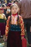 Ha Giang, Vietname - 7 de fevereiro de 2014: retrato de um vestido tradicional vestindo do ano novo da minoria da menina não iden Imagem de Stock Royalty Free