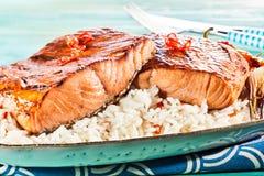 Ha grigliato le bistecche di color salmone fresche con il peperoncino rosso piccante fotografia stock