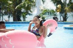 Ha gyckel i utomhus- simbassäng royaltyfria bilder