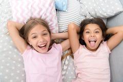 Ha gyckel med bästa vän Skämtsamt gladlynt lynne för barn som har roligt tillsammans Pajamaparti och kamratskap systrar arkivfoton