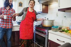 Ha gyckel, medan laga mat matställen royaltyfri foto