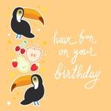 Ha gyckel på din födelsedag Tukanfågel och körsbäret för äpplepäronjordgubbe på den orange designen för bakgrundskortbaner, text  vektor illustrationer