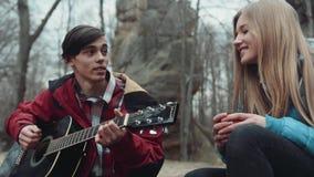 Ha gyckel tillsammans, spelar unga musiker en sång på gitarren till hans älskade flickvän, som rymmer en kopp te dem arkivfilmer