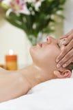 ha kvinnan för brunnsort för head hälsomassage den avslappnande royaltyfri bild