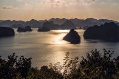 Ha-lange baai bij dageraad, Vietnam Royalty-vrije Stock Foto's