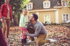 Ha lek med mamman och pappa På flyttningen Arkivfoton