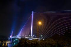 Ha LONG, le VIETNAM le 12 novembre 2015 que Bai Chay Bridge dans ha Vietnam long s'est allumé avec l'éclairage coloré la nuit Images stock