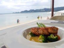 Ha lunch i en restaurang på stranden royaltyfri fotografi