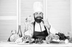 Ha lunch Upps?kt mankock i k?k som ?r kulinariskt vegetarian Mogen kock med sk?gget Banta och organisk mat royaltyfri fotografi