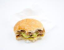 Ha mangiato una metà dell'hamburger su fondo bianco Fotografie Stock Libere da Diritti