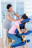 ha massagehalskvinnan fotografering för bildbyråer
