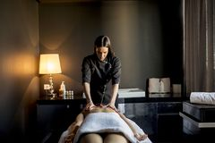 ha massagekvinnabarn royaltyfri foto
