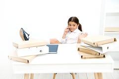 ha nöje Framkallande kommunikationsexpertis för skolflicka o Liten flickasamtal arkivbilder