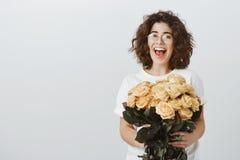 Ha ottenuto le grande presenti per il compleanno, che cosa circa voi Ritratto della donna europea giovane felice di trionfo in ve immagini stock libere da diritti