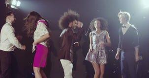 Ha partiet, lyckliga vänner som dansar i klubban lager videofilmer
