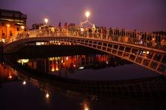 HaÂ'penny-Brücke in der historischen Mitte in Dublin lizenzfreie stockfotos