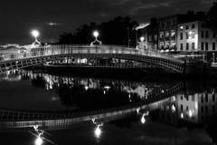Ha Penny Bridge à Dublin, Irlande la nuit Image stock