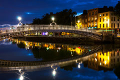 Ha Penny Bridge à Dublin, Irlande la nuit Photographie stock