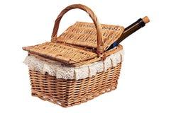 Ha picknick korgen med en buteljera av wine, isolerat Arkivbild