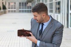 Ha rotto l'uomo d'affari che mostra il suo portafoglio vuoto Immagini Stock Libere da Diritti