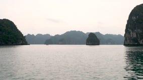 Ha snakken Baai bij Schemer in de kalksteeneilanden Cat Ba National Park, Noordoostelijk Vietnam stock video