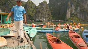 HA SNAKKEN, VIETNAM - OKTOBER 13, 2016: De toeristen van de boten landen op de pijler De Baai van Halong vietnam stock videobeelden