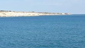 Ha soffiato la natura naturale della roccia del cielo di bella vista del mare immagine stock libera da diritti