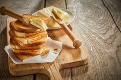 Ha tostato di recente il pane bianco impilato su un bordo fotografie stock libere da diritti