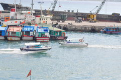 Ha Trang,越南- 2015年7月13日:芽庄市,越南- 2015年7月13日:小船在船坞停泊 库存照片