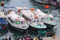 Ha Trang, Вьетнам - 13-ое июля 2015: Nha Trang, Вьетнам - 13-ое июля 2015: Шлюпки причаливают на доках Стоковые Изображения RF