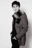 Ha vestito alla moda un giovane piacevole con una sciarpa intorno al suo collo Fotografie Stock Libere da Diritti