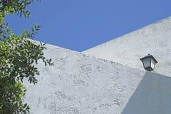 Haag en witte muur tegen Blauwe hemel Royalty-vrije Stock Afbeelding