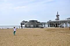 Haag Nederländerna - Maj 8, 2015: Barn som spelar på stranden, Scheveningen område arkivbild