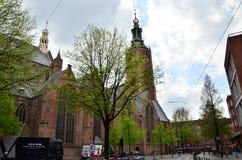 Haag Nederländerna - Maj 8, 2015: Folk på den stora kyrkan i Haag, Nederländerna Royaltyfri Bild