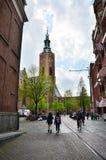 Haag Nederländerna - Maj 8, 2015: Folk på Grote av Sint-Jacobskerk i Haag, Nederländerna Arkivfoto