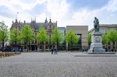 Haag Nederländerna - Maj 8, 2015: Folk på Het Plein i Haag royaltyfria bilder