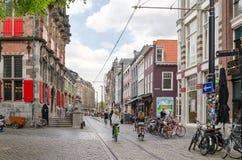 Haag Nederländerna - Maj 8, 2015: Folk på venestraatshoppinggatan i Haag royaltyfria bilder