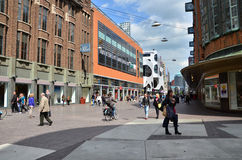 Haag Nederländerna - Maj 8, 2015: Folk som shoppar på venestraatshoppinggatan i Haag Royaltyfria Foton