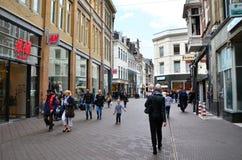 Haag Nederländerna - Maj 8, 2015: Folk som shoppar på venestraatshoppinggatan i Haag Arkivfoto