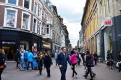 Haag Nederländerna - Maj 8, 2015: Folk som shoppar på venestraatshoppinggatan i Haag royaltyfri bild