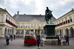 Haag Nederländerna - Maj 8, 2015: FolkbesökNoordeinde PA Fotografering för Bildbyråer