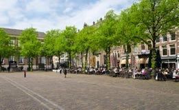Haag Nederländerna - Maj 8, 2015: Holländskt folk på kafeterian i Het Plein i Haag royaltyfri foto