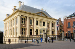 Haag Nederländerna - Maj 8, 2015: Turist- besökMauritshuis museum i Haag fotografering för bildbyråer