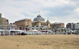 Haag Nederländerna - Maj 8, 2015: Turister på Kurhaus av Scheveningen eller det storslagna hotellet Amrath Kurhaus Haag royaltyfria foton