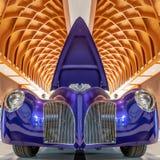 HAAG /NETHERLANDS-JUNE 24, 2018: En spektakulär purpurfärgad begreppsbil på ett klassiskt bilmöte Huven öppnas för allmänheten arkivfoto